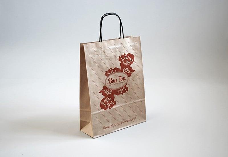 Bon Ton крафтови торбички с лого и мотиви на магазина. Такава торбичка получава всеки клиент които си закупи нещо от магазина за винтидж мебели в Бургас.