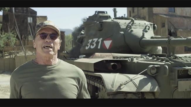 """Арнолд Шварценегер иска да се возите с н Арнолд Шварценегер най-накрая е постигнал мечтата на живота си. Не, това не е да стане шампион по вдигане на тежести / екшън герой / губернатор. Това е неговата мечта да притежава свой собствен """"Ши**н танк"""".  Тъй като това е съвсем естествено за човек, който разпенва нещата от 1979 г. насам, за да иска да пулверизира нещата с новата си играчка, затова той кани теб и един твой приятел да се присъедините.  В усилията си да събере пари за програмата след училище All-Stars, Терминатора е създал незабавно вирусно видео предлагайки ви възможност """"Да дойдете в LA и да смажем неща с танка ми!""""  Разруши всичко, което искаш: пиана, таксита, обвивка от мехурообразна материя. По дяволите, той дори ще смаже филми, които те карат да плаче.  его, и да трошите неща за благотворителност с танка му."""