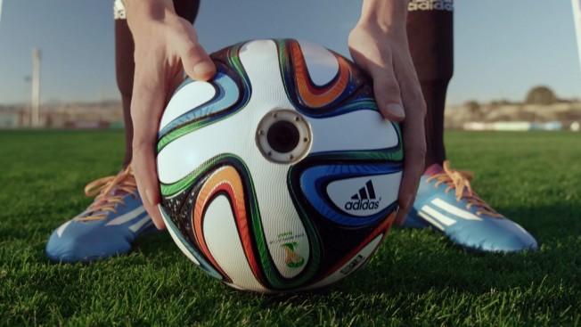 """По този начин Официалното име на топката е """"Бразука"""" (дума, която се отнася до двете бразилски национални гордости и Бразилските емигранти). Adidas, заедно с помощта  на TBWA, поставиха 6 камери в специална версия на официалната си топка за първенството в Бразилия и ще я изпратят на турне в градове като Лондон , Мюнхен, Мадрид., можете да оцените какво е чувството да погледнете звездни играчи като Шави Ернандес и Бастиан Швайнщайгер в лицето по време на игра.  Официалното име на топката е """"Бразука"""" (дума, която се отнася до двете бразилски национални гордости и Бразилските емигранти). Adidas биха искали да ви представят официалната си топка """"преследвач"""" за Световното първенство пред 2014.  Adidas, заедно с помощта  на TBWA, поставиха 6 камери в специална версия на официалната си топка за първенството в Бразилия и ще я изпратят на турне в градове като Лондон , Мюнхен, Мадрид."""