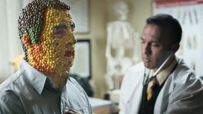 Поразен от Дъга! Този документален филм разкрива историята на човека направен от Skittles - Muse Creativity рекламна агенция