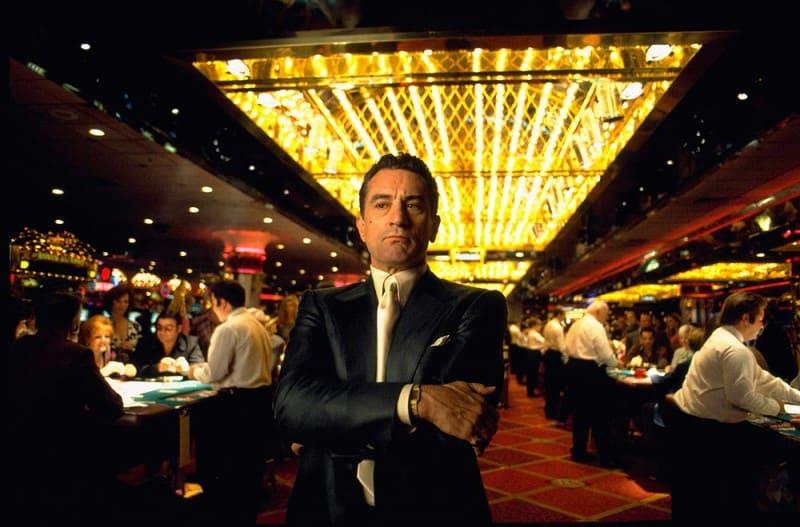 """Брад Пит, Де Ниро, Лео ди Каприо и Скорсезе в смайващо скъпа реклама на казино - Muse Creativity рекламна агенция. Рекламата е режисирана от Скорсезе. Твърди се, че ще бъде най-скъпата в историята - на цена от 70 милиона долара за изработването й, според """"Ню Йорк Пост"""". Толкова ще излезе видеото с качества на скъп холивудски филм след като на звездите били обещани хонорари от по 13 милиона долара за участието, по неофициални твърдения. Ако сумата е действителна, кампанията надминава най-скъпата реклама досега на. Chanel от 2004 г., която струваше 33 милиона долара."""